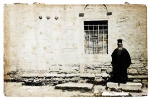 Φωτογραφία ενοριακού ιερέα του Αρχαγγ. Μιχαήλ, που στέκεται στη μεσημβρινή πλευρά του ναού ( αρχές του 20ου αιώνα, ίσως του 1905 )
