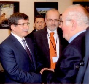 Από την επίσκεψη του Τούρκου πρωθυπουργού Αχμέτ Νταβούτογλου στην έκθεση που έγινε στην Αθήνα τον Δεκέμβριο του 2013 για την παρουσίαση της ολοκληρωμένης ανακαίνισης του ναού του Αρχαγγέλου Μιχαήλ. Ο Τούρκος πρωθυπουργός χαιρετά τον Πρόεδρο της Ένωσης Συλλαίων κ. Τάκη Σαλκιτζόγλου