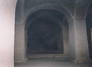 Η μονή του Αγίου Χαρίτωνος (Ακ Μοναστίρ) σε πρόσφατη φωτογραφία του 2014 ( φωτογραφία του λαξευμένου βράχου και άποψη της εισόδου του ναού της Παναγίας της Σπηλαιώτισσας )