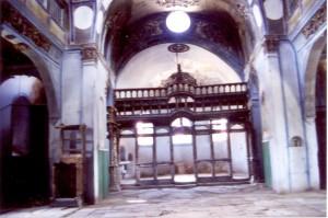 Το τέμπλο του ναού όπως σωζόταν μισοκατεστραμμένο ( φωτογραφία του Τάκη Σαλκιτζόγλου τον Απρίλιο του έτους 2000 )