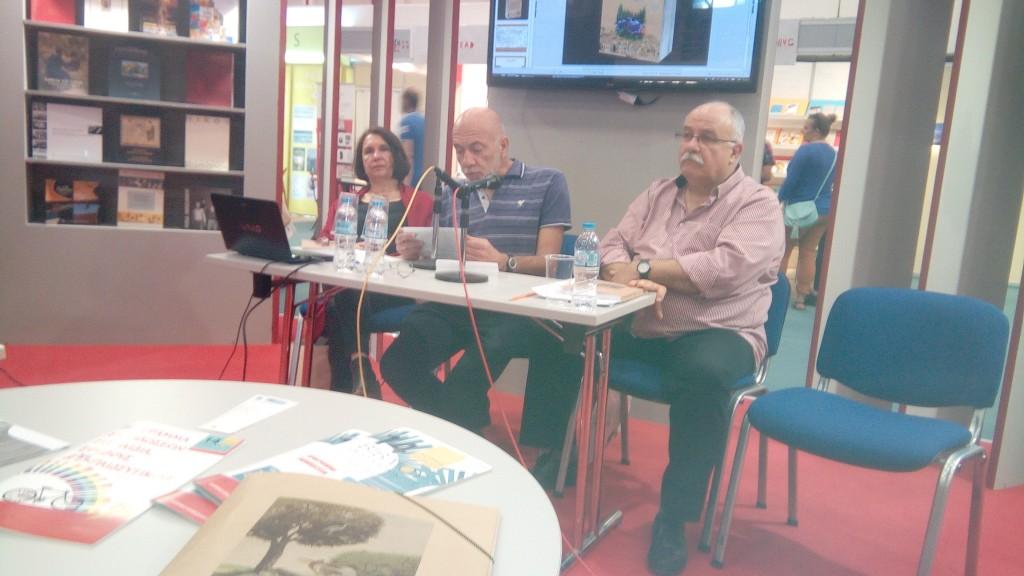 """Από  αριστερά :  Έλσα  Χρυσάνθου,  Γιώργος  Μπαλόγλου  και  Θοδωρής  Κοντάρας  κατά  την  παρουσίαση  του  βιβλίου  """"Η  Σύλλη  του Ικονίου"""""""